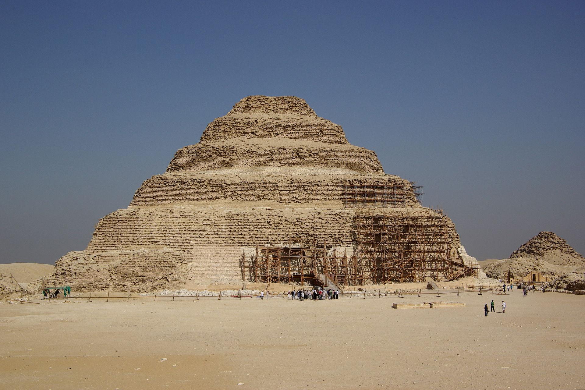 Unesco vraagt opheldering over slechte restauratie oudste piramide archeologie online - Aperitief plateau huis van de wereld ...